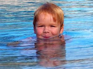 Kleiner Junge im Freibad