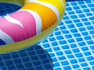 Reifen im Swimming Pool