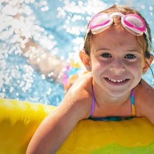 Bild 4: Kinder lernen schwimmen