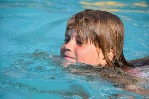 Bild 6: Kinder lernen schwimmen